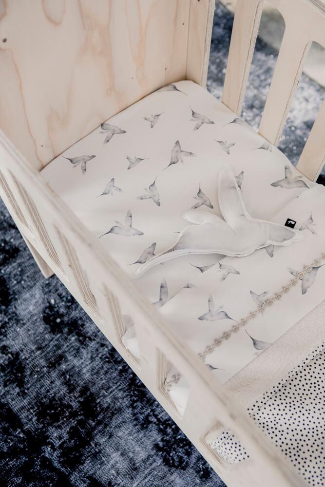 Mies & Co toddler bed sheet Little Dreams offwhite wit ledikant laken met kolibrie print vogels